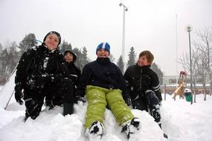 """Lyckliga grabbar. På skolan i Karlholm var barnen ute hela dagen och det var bara glada miner.  """" Äntligen riktig vinter""""  """"toppenkul med snö"""", Lukas Kirotar, Alexander Edenby, Erik Yifhar, Anton Alsmyr-Dahlin lovordade vintern.  Foto: Katarina Lönnberg"""