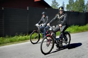 Cykel – eller moppe? Självfallet ska störtkrukan sitta på. Det är faktiskt frågan om mopeder.