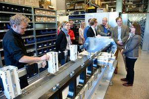 Ledamöter i skatteutskottet besöker företaget Tractive i Borlänge.