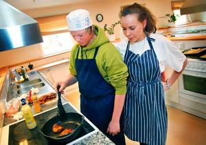 Anton Cassman och Matilda Holmberg i 9 A i Ås deltog i går i festmåltidslagandet på den allra sista hemkunskapslektionen. Båda tycker att lärarna har haft höga betygskrav, och de är övertygade om att de därmed lärt sig mer än annars.