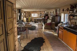 Stugan har en öppen planlösning som rymmer både sovrum, vardagsrum och kök.