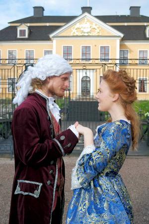 En kär scen mellan Charlotte (Julia Kjettselberg) och prins Gustaf (Christian de Flon).
