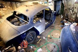 I ett av garagen står renoveringsobjektet–en Saab Sport -62. Till hösten ska den vara klar att köra rally med.