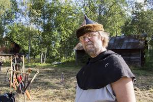 Januk, alias Gunnar Holmgren, vet hur man spänner en båge.