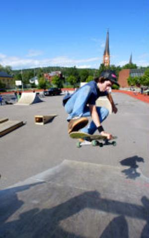 Niklas Sidén från Sundsvall var en av 30-talet killar som i går åkte skateboard med One off-teamet från Stockholm.