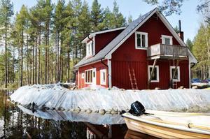 Under helgen har båt varit det enda sätt att ta sig till familjen Bölanders hus.