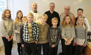 Glada skolbarn och rektor uppvaktade några av de hantverkare som renoverat i skollokalerna och de är fr v Tomas Laxvik, Torbjörn Wilhelmsson och Åke Larsson.