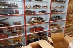 En skatt av modellbilar har veteranbilklubben fått av familjen Högbom från Östersund.