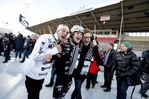 Christoffer Edlund kramas om av segerrusiga supportrar. Att Edlund missade en straff med bara minuter kvar förlät fansen.