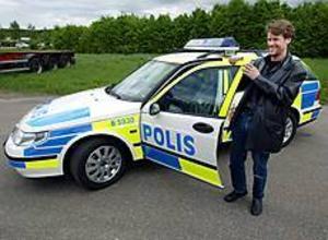 Foto: LARS WIGERTNy polisbil. Så ser den ut, märkningen på den nya polisbilen. Den främsta skillnaden mot tidigare märkning är ett nytt högreflekterade dekormaterial och ett rutmönster. - Man ska kunna känna igen den som en polisbil. Det finns inget syfte i att göra den spektakulär, säger Anders Wiman, som på uppdrag av Rikspolisstyrelsen lett projektet med att ta fram den nya märkningen.