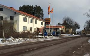 Den 30 juni går tillståndet ut för nuvarande tankstation i Svärdsjö. Nytt tillstånd har sökts hos räddningstjänsten men fått avslag. Nu har Din X överklagat beslutet till länsstyrelsen och processen riskerar att bli lång.