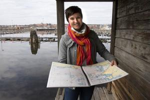 Anna Weidensten visar den inplastade varianten av båtsportkortet.