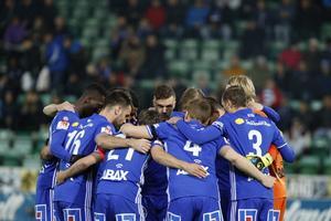 GIF Sundvalls spelare hade svarta sorgband runt ena armen på torsdagens match mot AIK.