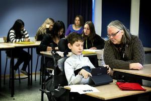 Alexey Prosvirnikov är 13 år och bor i Fellingsbro och går i sjunde klass i Fröviskolan. Hans klasskamrater och lärare hjälper honom på bästa sätt.