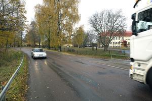 Kommunen väntas reservera en miljon kronor i 2018 års budget för att få till en säkrare skolväg efter länsvägen. Men arbetet lär inte komma att genomföras förrän tidigast 2020.