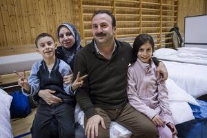 Anas Mataouk och Nada Alhelo har flytt från Syrien till Sverige med sina barn Beshr och Ghena.