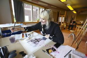 Hanna Modén, 17 år från Östersund, blev inte avskräckt när hon förstod att konstskolan flyttats från Frösön till Hålland.  Det var lite omvälvande men det är spännande att bo på internat, säger hon.