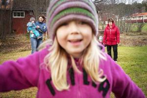 Glädje hos dagmammor och barn på Trollkulan i Änge. Längst fram syns Thea Josson. Bakom syns Malin Åhlund med Alfred Åhlund i famnen, Till höger står Birgitta Sörlin som håller Svea Sörlin i handen.