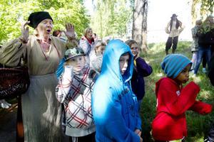 går bakåt i tiden. ABF satsar på teatervandringar för Sandvikens tredjeklassare för att visa hur arbetarna hade det nu när Sandvik firar 150 år och de själva 100 år.