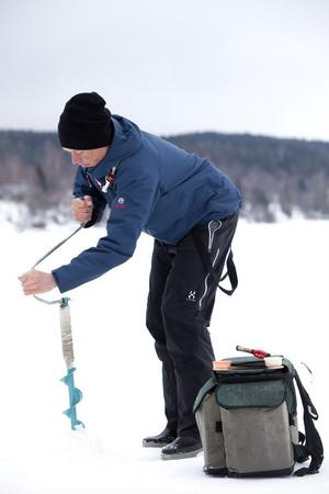 Abborren står still under vintern. För att hitta dem gäller det att borra många hål.