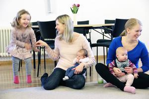 Embla Roberts, två år, har svårt att sitta still när hon sjunger tillsammans med mamma Therese och lillasyster Asta. Hanna Krantz har dottern Hilma, fem månader, i knäet.