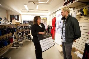 Daniel Richardsson tar emot Hälsingeguldet av SISU Hälsinglands ordförande Anna-Karin Mohlin.