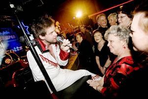 Stefan Nykvist, som spelar orgel och sjunger i Larz Kristerz, är med och uppfyller 72-åriga Miriam Ohlsons högsta önskan. En konsert med vinnarna av Dansbandskampen.