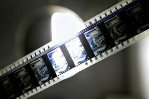 En filmrulle sitter i projektorn, gubben ser ut som Åsa-Nisses, Klabbarparn.