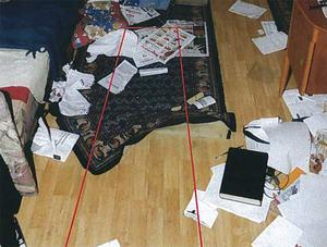 Här hittades Tommy Johansson död. Polisen har markerat platsen på fotot med röda streck.