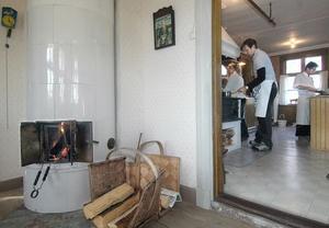 Det var full aktivitet i köket vid gården Pallars i Älvkarhed när stjärnkocken Melker Andersson och elever från hotell- och restaurangprogrammet vid Torsbergsgymnasiet lagade en riktig höstmiddag.