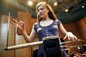 Med sina händer skapar Carolina Eyck ljud på sitt instrument, thereminen, världens första elektroniska instrument som uppfanns 1919. I eftermiddag är hon solist med Gävle symfoniorkester och framför bland annat ett verk som hon själv har skrivit.Foto: LEIF JÄDERBERG