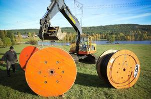 Varje trumma innehåller fyra kilometer kabel som Rissnabygdens Fibernät ska lägga ut i området.
