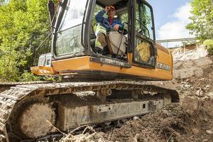– Det är tur att ingen blev skadad. Ibland kan asfalten ligga kvar fast marken rasat under, säger Pelle Woxlin som kör grävmaskinen och återställer vägslänten där raset inträffade i lördags vid E45 ovanför broarna i Sveg.