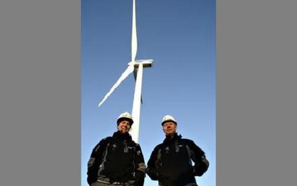 Snurrans diameter i bakgrunden är 90 meter och höjden 80 meter. Johan Höök och Jan Olof Dahlin poserar inför starten.