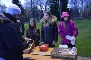 Kimmie Wåtz Borglund, Nadine Björk och Alva Sandberg sålde godis och biljetter till promenaden.