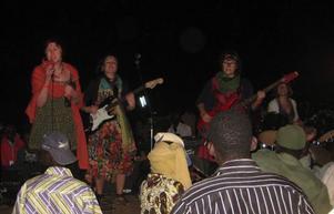 Ett rockband från avlägsna Sverige, som dessutom består av bara tjejer, väcker stor uppmärksamhet i Mali. Här spelar Podge på Sweden Mali Voices.