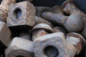 Hittade en låda med gamla smidda bultar och fyrkantsmuttrar vid lokstallarna i Nora. Sådana bultar som användes av rallarna förr i tiden till rälsen. En bild av gammalt hantverk. Tyckte de var vackra i all sin rostighet!