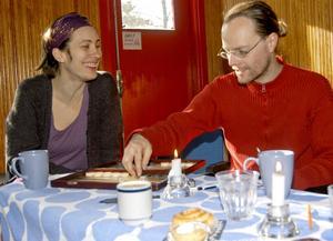 Gemenskap. Vid borden i Bredsjö Folkets hus fanns olika spel. Erika Modén får lära sig av Mattias Gustavsson hur backgammon går till.
