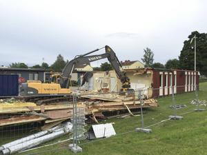 I somras revs de utdömda modulerna vid Marnässkolan och ersattes med nya i väntan på den nya skolan.