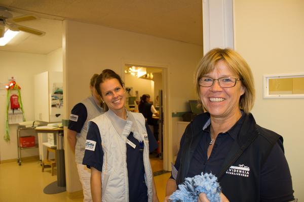 Mia Runnérus, operativ chef på Strömsholms djursjukhus har filmats i rollen som veterinär tidigare. I bakgrunden syns Maria Lindbom.