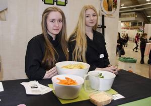 Tillsammans med fyra klasskompisar har Stina Backerholm och Ebba Strandberg från Nolaskolan i Örnsköldsvik utveckliat en färdigblandad, proteinrik dipsås som är baserad på kvarg.