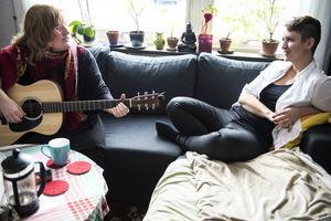 Ofta sitter de i soffan och myser, och Tina spelar och sjunger.