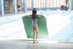 En flicka på ett badhus. Varför ska hon inte kunna bada tillsammans med pojkar? Sverige måste göra upp med könsseparatismen, menar Sakine Madon.