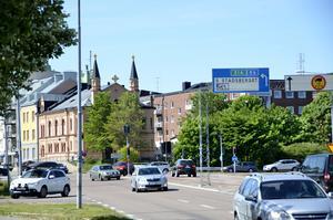 Korsningen vid Köpmangatan och Parkgatan får en helt ny utformning. Gångtunnlarna tas bort och ersätts med övergångsställen.