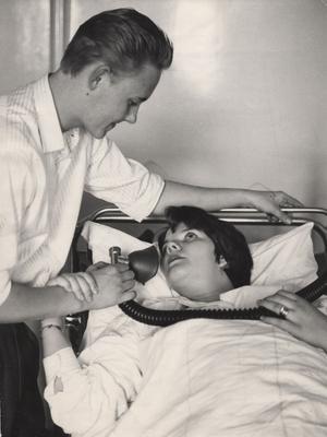 ovanligt. En pappa i förlossningsrummet var ingen vanlig syn 1955. På de flesta håll släpptes papporna inte in förrän under 1960- och 70-talet, och hade då en passiv roll. Bilden är från 1955.