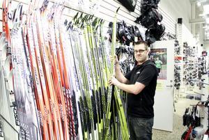 Magnus Leek har hand om skidförsäljningen på Team Sportia. I år köpte hans butik in extra många, men frånvaron av snö gör att efterfrågan är minimal.