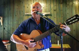 Lennart Stjernberg stod för musikunderhållningen och publiken sjöng med.