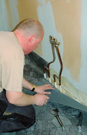 Vid vattenledningsrören är det extra noga att det blir tätt.