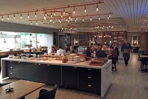 Den stora L-formade matsalen delas av en bardisk på mitten. Men det hårda ljudet sprider sig ändå.