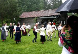 Flera nyanser av grönt, folkdans i traditionella dräkter i genuin miljö. Det är något att skriva hem om för de båda kinesiska studenterna som passade på att besöka hembygdsdagen på Torparbacken i Skog.